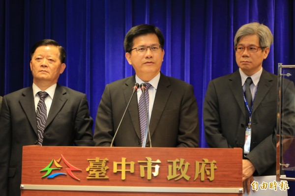 台中市長林佳龍(中)表示,市府決定將台灣塔興建工程案移送廉政署偵辦。(記者張菁雅攝)
