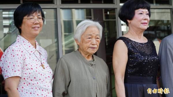台灣戰後首位開業女建築師王秀蓮(中)今日到聖功女中見證作品改建。(記者黃欣柏攝)