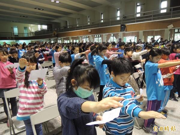 新竹市府教育處舉辦反霸凌反毒宣導,由民富國小學生一起舉手宣誓,期許建構友善校園環境。(記者洪美秀攝)