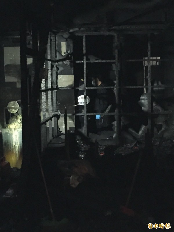 廚方對外窗被鐵窗封死,潘男、卓女救火反受困。(記者曾建銘攝)