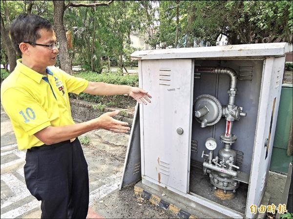 新竹市議員曾資程說,新竹縣瓦斯管理公司因每年的瓦斯天然氣外洩量很大,恐對公安造成影響。(記者洪美秀攝)