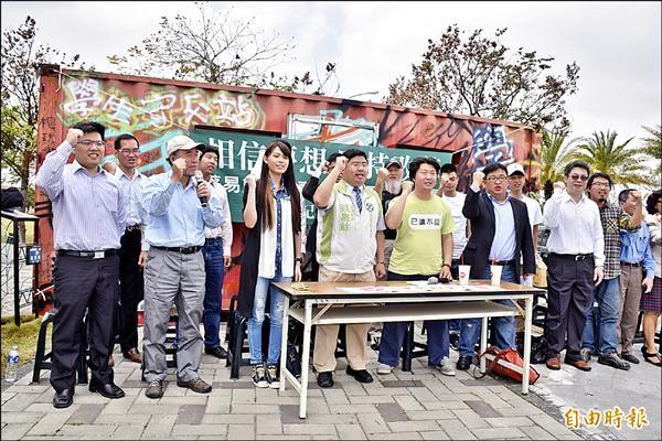 律師蔡易餘在學、社運人士及律師團的陪同下,宣佈參加民進黨內海區立委初選。(記者吳世聰攝)