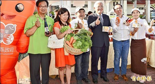 縣長李進勇(右三)昨率縣內農產食品業者參加東京食品展,行銷農特產品。(記者林國賢攝)