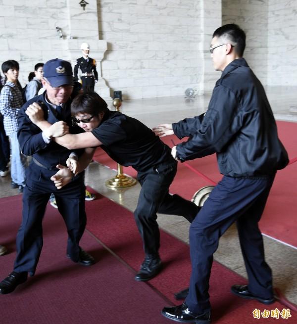 台灣國辦公室創辦人王獻極、主任陳峻涵等成員突襲中正紀念堂,並向蔣介石銅像扔擲雞蛋墨水,與警方推擠拉扯。(記者叢昌瑾攝)