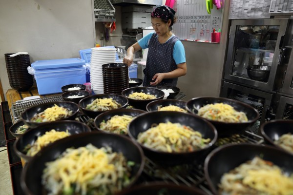 日本調查獨自租屋在外生活的大學生,發現他們的每月打工收入平均,創下2008年以來的新高,來到了2萬5660日圓。(彭博社)