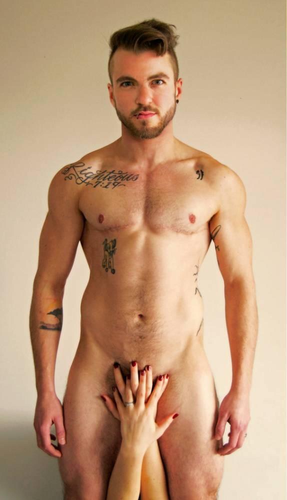 27歲的變性男子道林為雜誌全裸拍照,模仿魔力紅主唱亞當李維2011年拍過的照片。(圖擷取自《都市報》)
