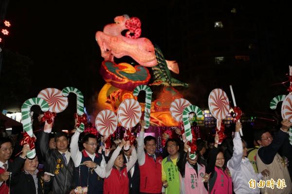 台灣燈會今晚揭開序幕,市長林佳龍為打頭陣的豐原燈區主持點燈,手舉棒棒糖點亮燈會主燈。(記者李忠憲攝)
