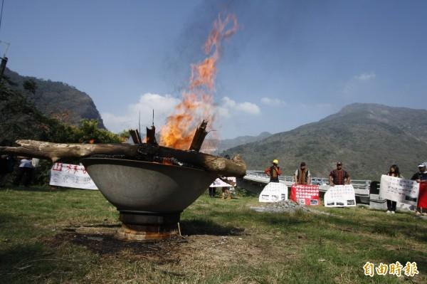 霧台鄉部落族人今天上午9點開始燒狼煙,表達政府極力管控原住民對山中資源的運用,卻無力阻止山林遭遊客破壞的不滿。(記者邱芷柔攝)