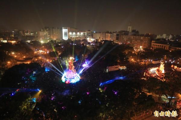 台中公園燈區吉羊康泰搭配光雕秀,氣勢磅礡。(記者蔡淑媛攝)
