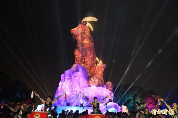 台中公園燈區吉羊康泰搭配光雕秀,每天晚間7點至10點,每小時展演3分鐘。(記者蔡淑媛攝)