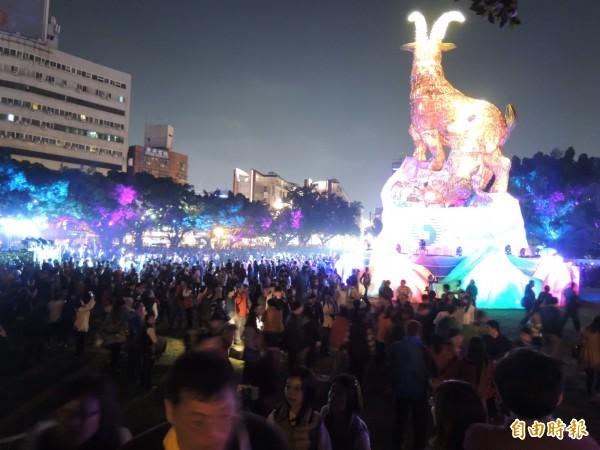 台中公園燈區吉羊康泰,官方估計湧入12萬人。(記者蔡淑媛攝)