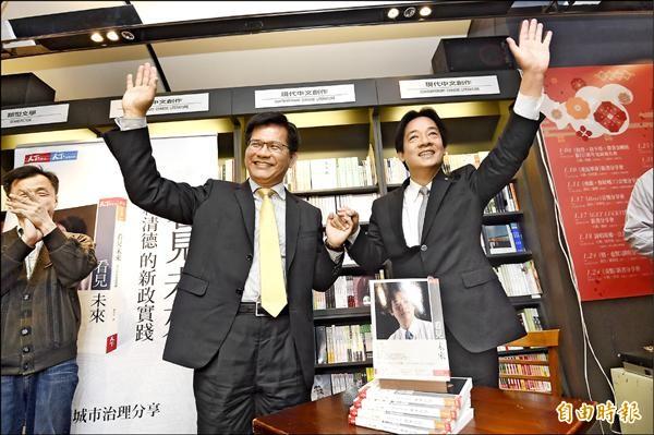台南市長賴清德(右)昨在台中市長林佳龍(左)陪同下,出席台中勤美誠品簽書會。(記者廖耀東攝)