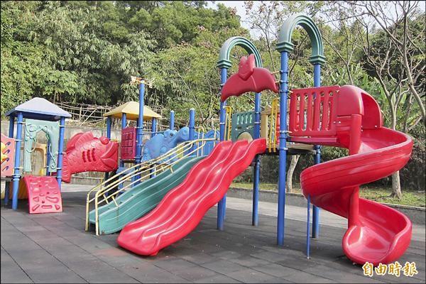 兒童遊具損壞,更換零件也是個問題,耗時近一個月,只好把三道的溜滑梯,改選用兩道。(記者何玉華攝)