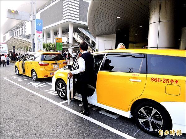 高雄市今年起推出三條計程車共乘路網,第四條共乘路線也將於三月廿日起跑,但一些運將抱怨宣導不夠,許多人還不知道這項新措施。(記者葛祐豪攝)