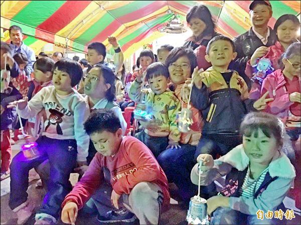 不少親子自製環保花燈,一起參加台江提燈踩街。(記者蔡文居攝)