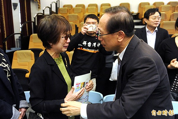 《二二八消失的台灣菁英》、《傳染病與228》2書發表會昨日舉行,已故台灣史學家張炎憲遺孀林琇梨(左)到場向作者李筱峰(右)致意。(記者趙世勳攝)