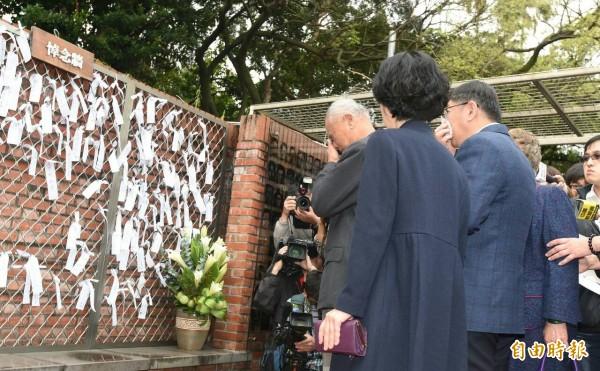 台北市長柯文哲上午帶著妻子與父母到台北二二八紀念館悼念228事件,柯爸爸看著悼念牆數度哽咽,柯文哲也在柯爸爸背後默默拭淚。(記者廖振輝攝)