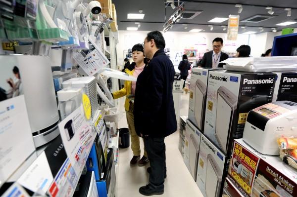 中國遊客海外旅遊期間喜歡大肆採購,免治馬桶座也成為目標。(彭博社)