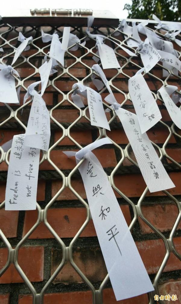 柯文哲在悼念牆寫下「愛與和平」絲帶。(記者廖振輝攝)
