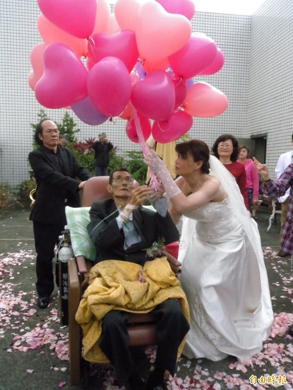 謝春榮和張月珊下午在院方安排下,完成婚禮。(記者吳亮儀攝)