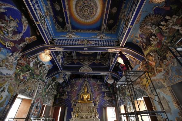 泰國白龍寺為了防止中國遊客污染廁所,造成其他遊客不便,決定增建新廁所給非中國遊客使用。(歐新社)