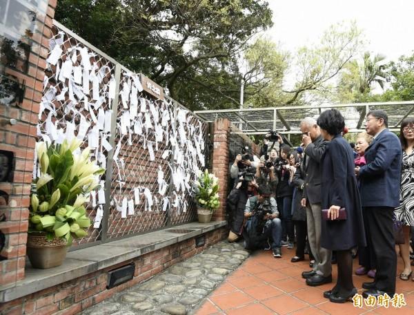 台北市長柯文哲上午帶著妻子與父母到台北二二八紀念館悼念228事件,柯爸爸看著悼念牆數度哽咽,柯文哲也在柯爸爸背後默默拭淚。(記者陳志曲攝)