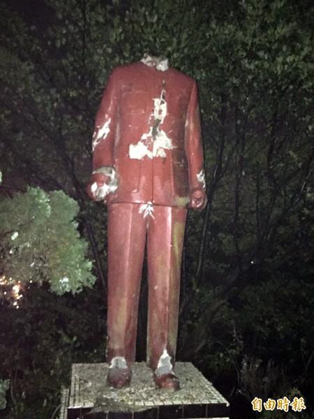 基隆獅球公園蔣介石塑像身首異處。(記者盧賢秀攝)