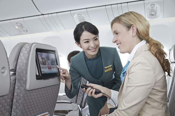 長榮航空近年機隊快速擴充,空姐人力開天窗,破例邀請35至45歲的「媽媽級」空姐回鍋。(長榮航空提供)