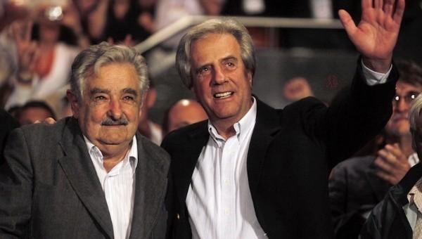 前總統穆西卡(左)卸任,新總統巴斯克斯(右)上任。(路透)
