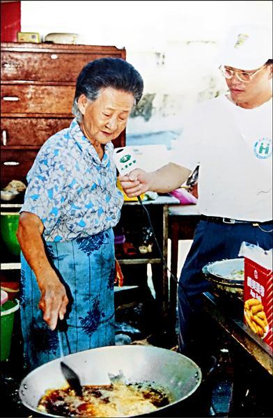莊朱玉女在高市公園路橋下賣了五十年「十元自助餐」,被譽為「清苦人的守護者」。(記者黃佳琳翻攝)