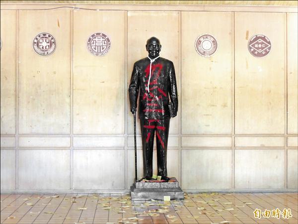 東海大學蔣公銅像昨天被發現遭繩勒頸撒冥紙,以紅漆寫勿忘二二八。(記者蔡淑媛攝)