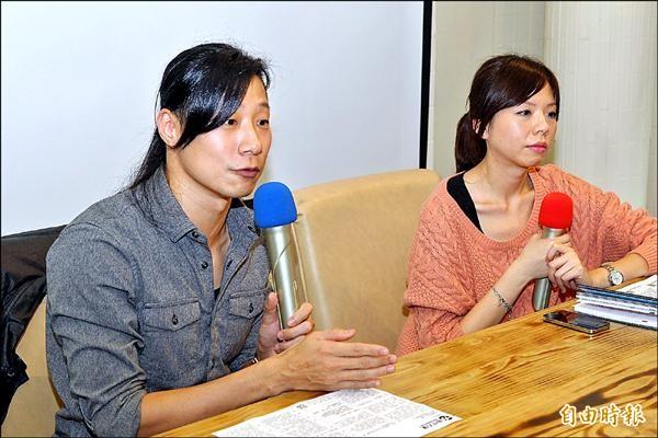 洪慈庸(右)與Freddy昨天在台中向選民說明參選理念。(記者張菁雅攝)