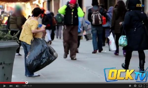美國知名網路頻道日前在紐約街頭進行一項實驗,他們找來一名男孩,衣衫襤褸在寒冬中的街上乞討,結果幾乎所有路人都視若無睹。(圖片擷取自OCKTV)