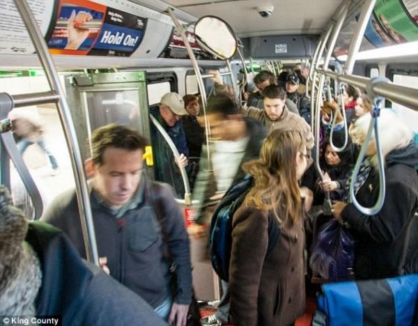 美國西雅圖1日起試辦補助窮人車費政策,搭乘大眾運輸補助超過半價交通費。(圖擷取自每日郵報)