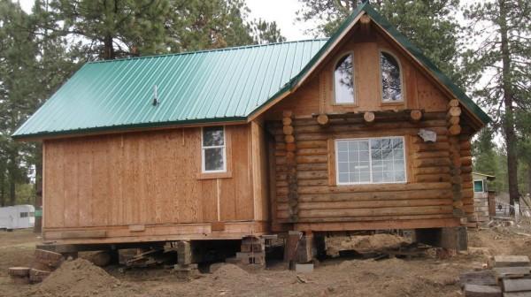 整間被搬離原處的木屋。(圖擷取自oregonlive.com)