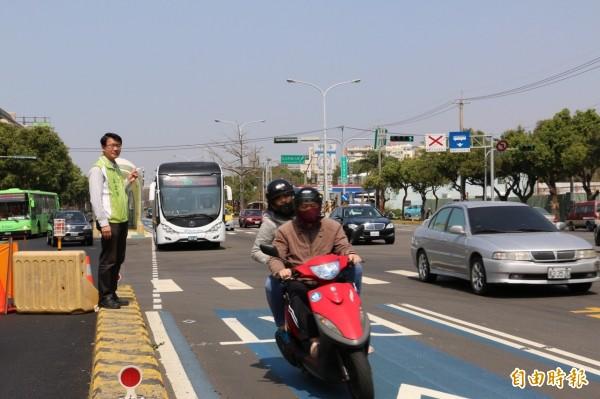 台灣大道沙鹿段慢車道施工,機車騎BRT車道。(記者張軒哲攝)