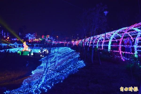 大里文創聚落燈會今晚點燈,七彩光廊隧道炫麗奪目,民眾爭相拍照。(記者陳建志攝)