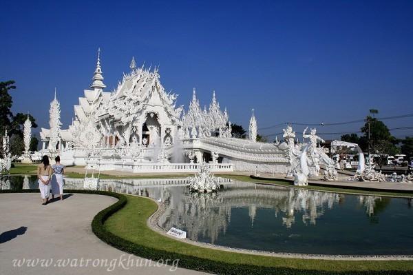 中國遊客的脫序行為,讓泰國白龍寺一度拒中國遊客入內,而且現在新建新廁所,就是為了區隔中客。(圖擷取白龍寺官網)
