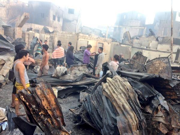 馬尼拉最大貧民窟之一唐度區(Tondo)巴羅拉(Parola)社區昨天發生大火,約有5000棟房屋被焚毀,10萬戶家庭,相當於50萬人生活受到影響,所幸火勢雖大,只有6人受傷。(圖擷取自GMA News)