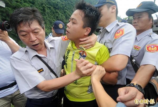 中國國台辦主任張志軍去年6月26日到新北市烏來拜訪原住民,台聯黨台北市議員參選人簡聖哲(中)到場抗議,被優勢警力強力隔離,並嚴加看管。(資料照,記者廖振輝攝)