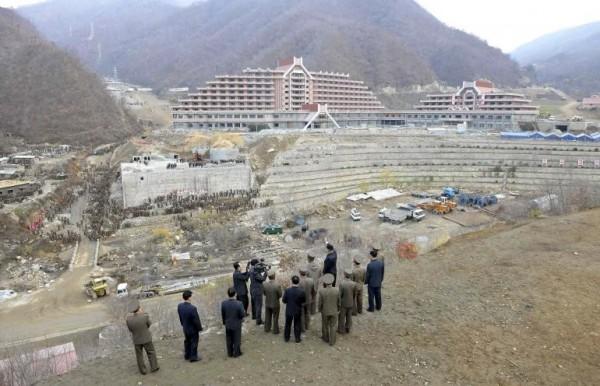 北韓領袖金正恩(中間揮手者)在2013年11月到平壤視察。(路透)