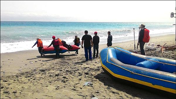有水上救生教練們用橡皮艇出海演練救援劇情。(記者王錦義翻攝)