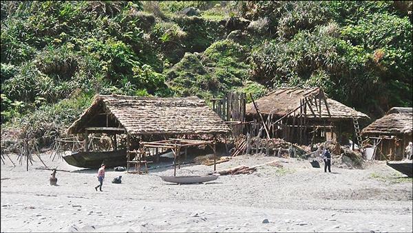 導演馬丁史柯西斯籌備多年的電影《沉默》將到花蓮取景,劇組在海邊搭建茅草屋佈景。(記者王錦義翻攝)