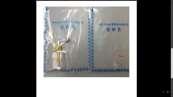 警方在陳良正身上搜出毒品吸食器(記者姜翔翻攝)