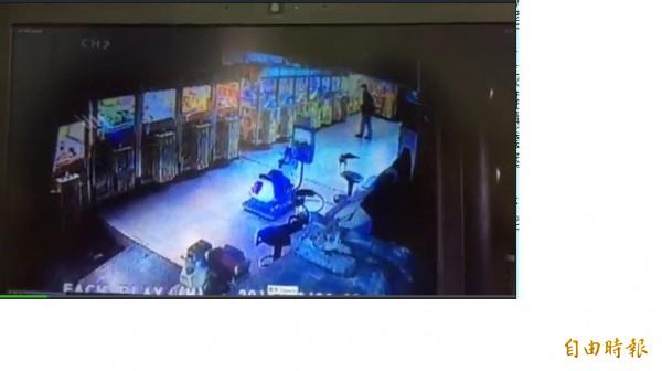 看的到,得不到!2男子憤持空氣槍敲破洗劫財物。(記者吳仁捷攝)