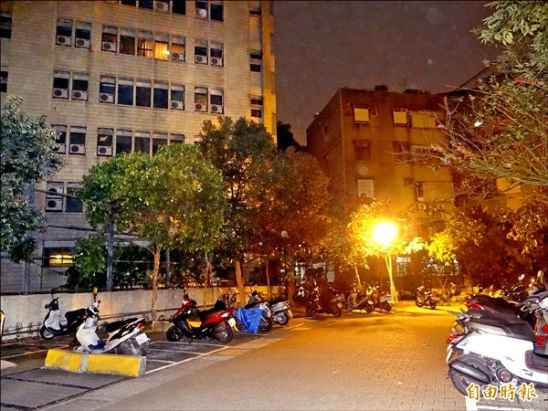 慈濟拆除空地圍籬變機車停車場。(記者徐聖倫攝)