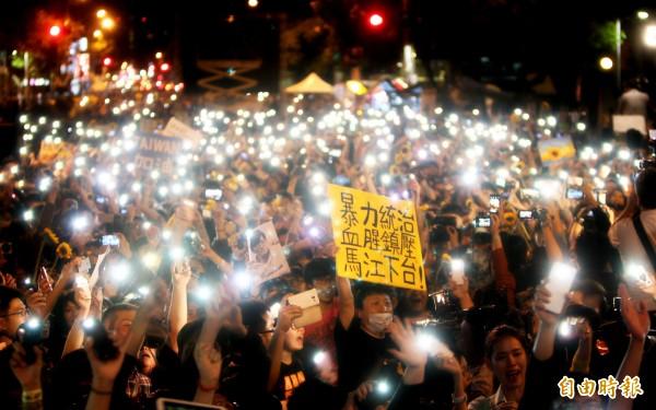 太陽花學運24天,學運群眾們一起合唱島嶼天光,場面令人動容2014.04.10-20:47(資 料照,記者陳冠備攝)