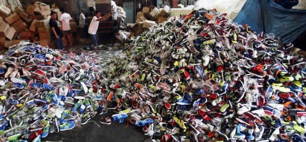 中國仿冒商品數量超多,世界各國都深受其害。圖為日前菲律賓政府查獲由中國走私的仿冒球鞋。(路透)