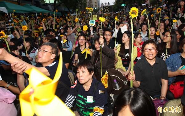 濟南路上支持的群眾們高舉太陽花,歡迎學生。(資料照,記者陳冠備攝)