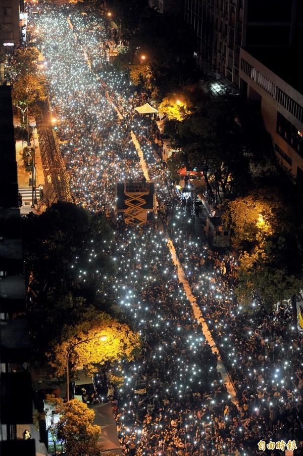 太陽花學運學生轉戰到濟南路與民眾會合參加晚會,最後全體點亮手機形成壯觀燈海。(資料照,記者方賓照攝)